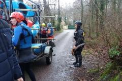 Samedi pluvieux, on accède à l'Odon par un chemin des arrières de Mouen
